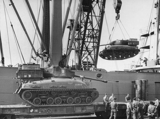 Descargando tanques en el puerto de Cherbourg.