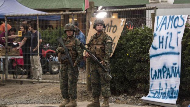 Militares y aviso en Chile