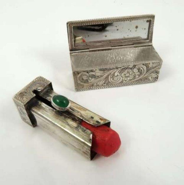 Caja de plata con espejo y un portalápiz de labios de plata