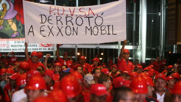 Manifestantes protestan en Venezuela contra Exxon