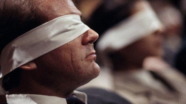 Hombre con venda en los ojos.