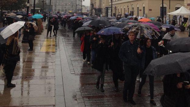 Varşova'daki gösterilere katılan Polonyalılar