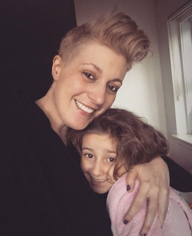 Alison con sua filha de sete anos, Bessie