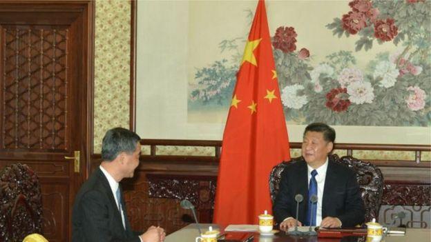 2015年12月,梁振英在北京向習近平述職,座位擺放第一次變成了「靠邊坐」。