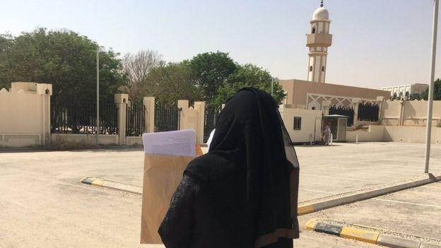 Aziza Al-Yousef dilekçeyi mahkemeye götürürken