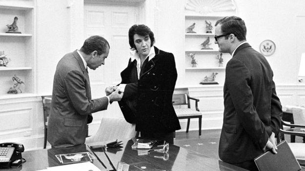 Richard Nixon, Elvis Presley y Bud Krogh, en la Oficina Oval