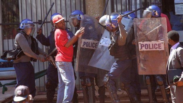 Polisi wakikabiliana na muandamanaji