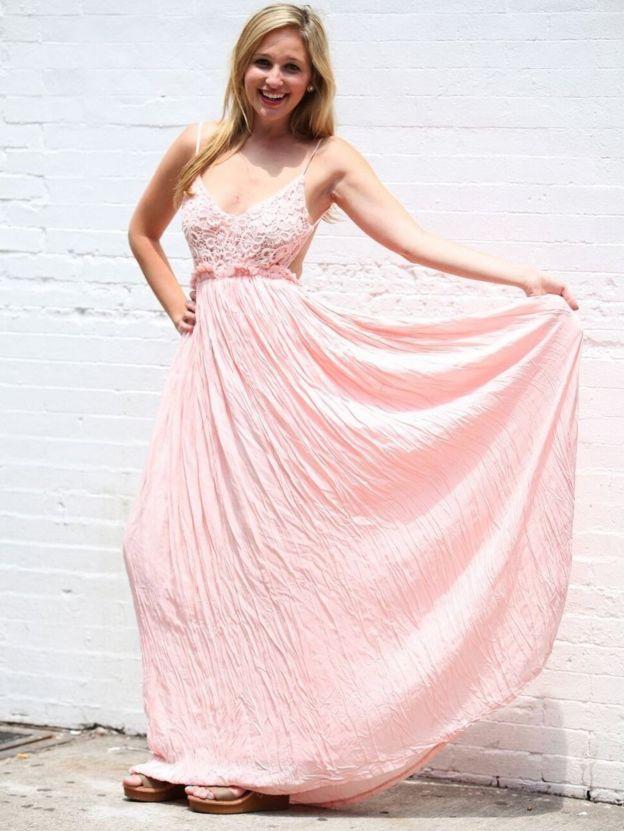 Jen Glantz con un vestido rosa