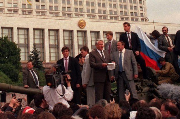 1991年8月:葉利欽(圖中立者)領導示威者違抗蘇聯強硬派的政變