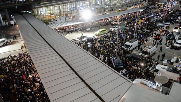 Manifestantes en el aeropuerto John F. Kennedy de Nueva York.