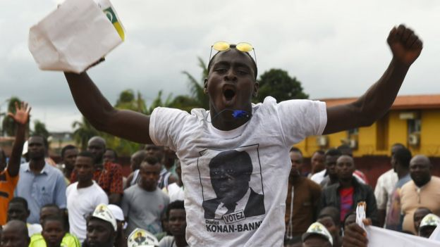 Supporters of former Ivoirian Prime Minister and candidate for the upcoming presidential election Charles Konan Banny participate in a rally on 10 October 2015