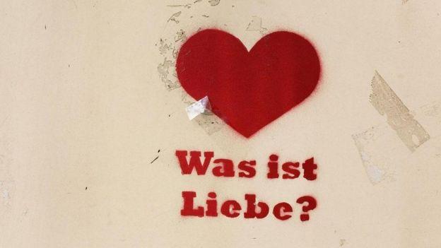 Un grafiti con un corazón en una pared