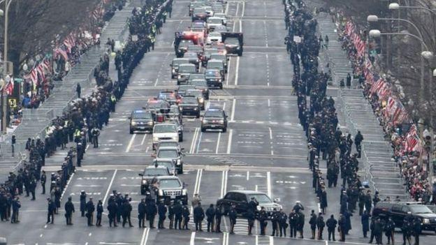 特朗普和奧巴馬的車隊經過賓夕法尼亞大街
