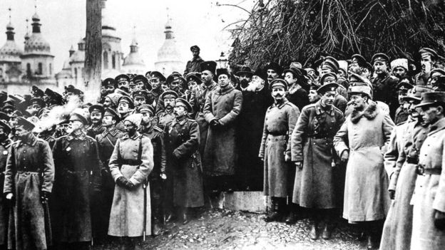 Делегати III Всеукраїнського військового з'їзду на Софійській площі у Києві. Листопад 1917 р.
