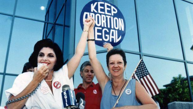 诺玛‧麦考维在1989年曾在加州出席争取堕胎合法化的活动。