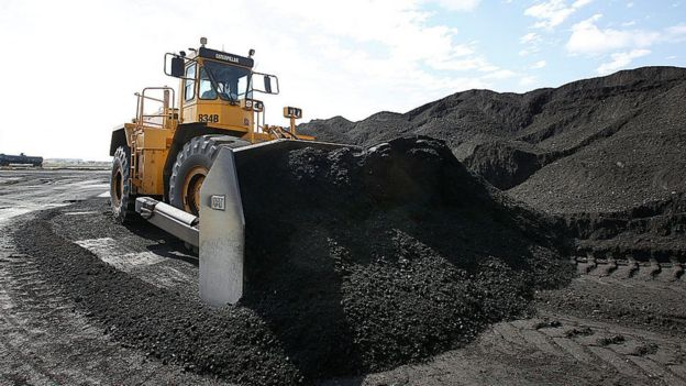 Una maquina recoge carbón en Utah.