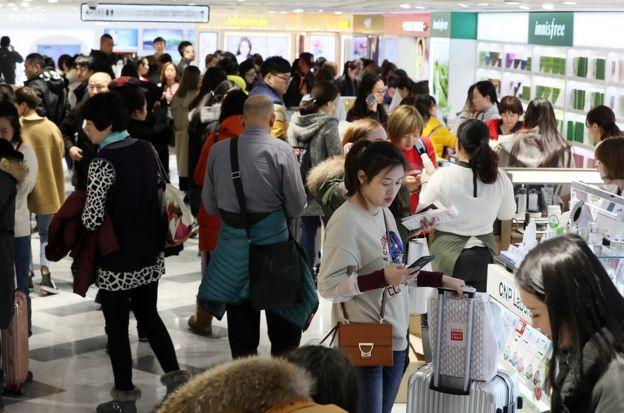 阻擋赴韓旅遊、中方態度進展,與對經濟的衝擊,成為韓國關注的焦點(圖為韓國樂天集團旗下商店)