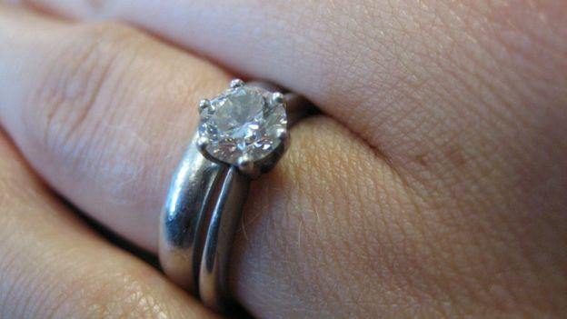 anillo de compromiso en mano