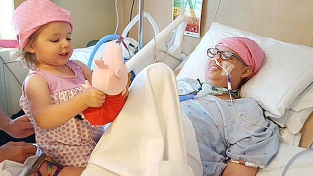 Melissa Beniot con su hija en el hospital