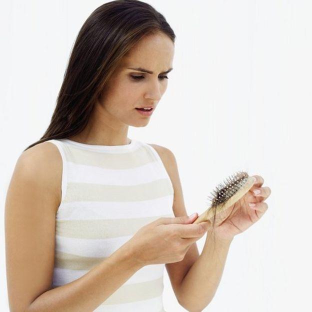 Una mujer con un cepillo