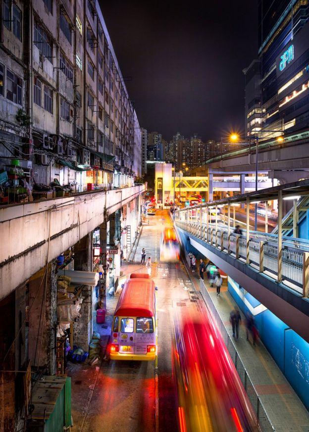攝影師從2005年開始拍攝,他希望能用一種全新的視角展示其家鄉香港。