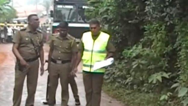 தாக்குதல் நடந்த பகுதியை ஆய்வு செய்யும் போலீசார்