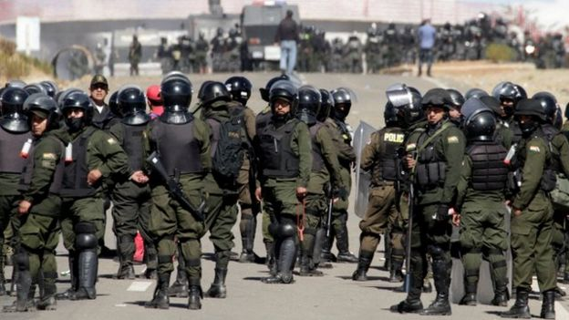 Las autoridades dispusieron un fuerte despliegue policial en el lugar de la protesta de los mineros.