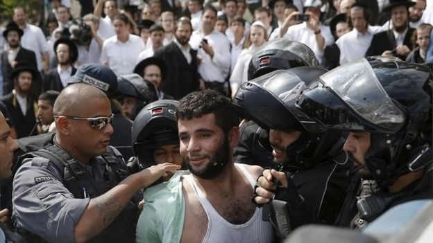 Police arrest a Palestinian man suspected of stabbing an Israeli in Jerusalem (09/10/15)