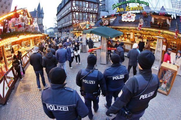Cảnh sát tuần tra Chợ Giáng sinh Frankfurt