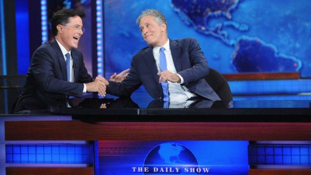 Stephen Colbert junto a Jon Stewart en el programa
