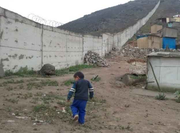 Niño en un barrio pobre de Lima.