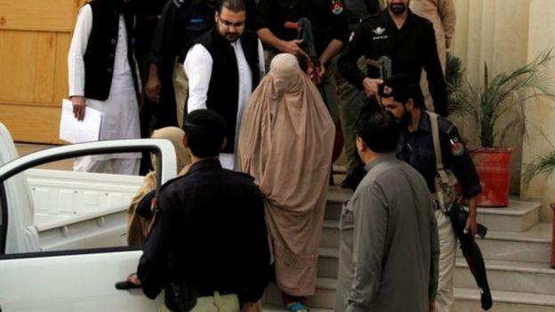 قوات الأمن الباكستانية تقود شربات إلى السجن