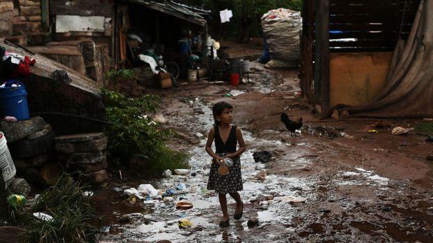 Una niña en una comunidad de escasos recursos