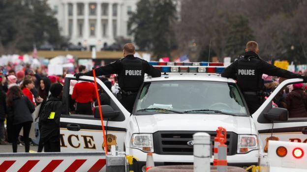 Policía vigila los alrededores de la Casa Blanca.