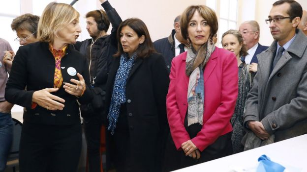 Mayor of Paris Anne Hidalgo (centre) and French Health Minister Marisol Touraine (second right) at new drug room