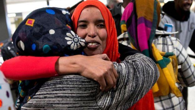 Rais mwenye asili ya Somalia, Najma Abdishakur (katikati) akikaribishwa na mamake katika uwanja wa kimataifa wa ndege wa Washington Dulles