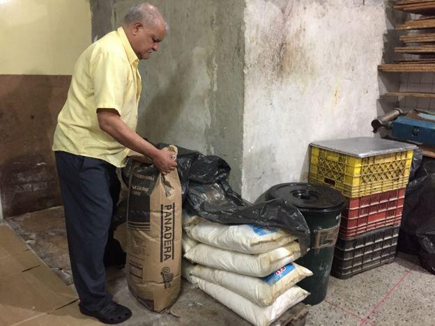Fredy López con un saco de harina