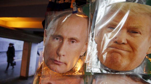 Moskova'da bir maskecide satılan Putin ve Trump maskeleri