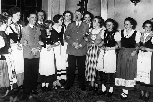 Adolf Hitler (centro) y Joseph Goebbels rodeados de mujeres del valle del Rin vestidas con el traje tradicional en 1943.