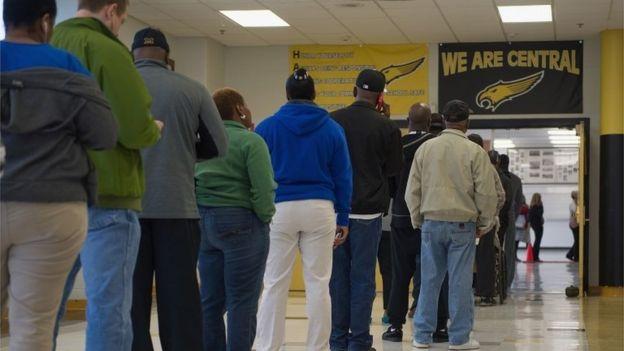 طابور ناخبين في احد مراكز الاقتراع في ولاية ميسوري الأمريكية