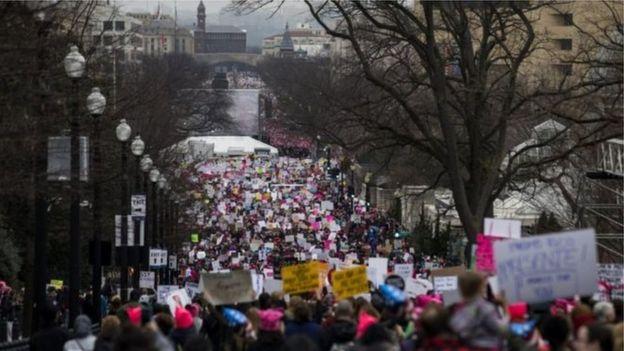 مئات الآلاف من النساء يشاركن في مسيرات نسائية في واشنطن ومدن حول العالم ضد الرئيس الأمvvريكي دونا
