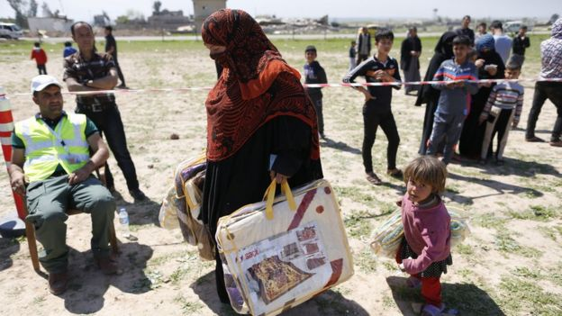 Kaçabilen Musullular kentin doğusunda kurulan kamplarda yardımlarla yaşıyor.