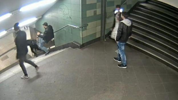 Resultado de imagem para homem chuta mulher em berlim no metro