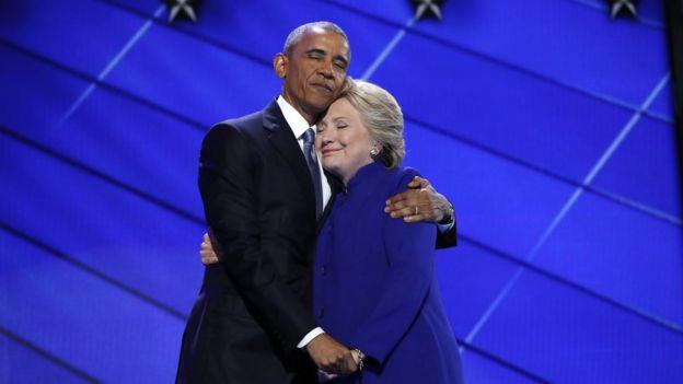 Hillary abraça Obama durante convenção dos democratas na Filadélfia em julho de 2016.