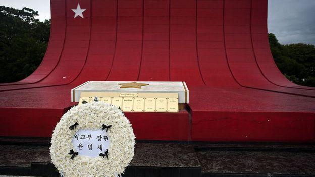 圖為2014年在緬甸烈士陵園紀念1983年爆炸案韓國死者的花圈。