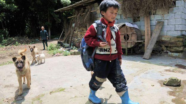 Un niño en un poblado rural en la provincia de Guizhou. La mayoría de los adultos en esta aldea emigró a las ciudades en busca de trabajo.