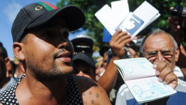 Cubano con su pasaporte