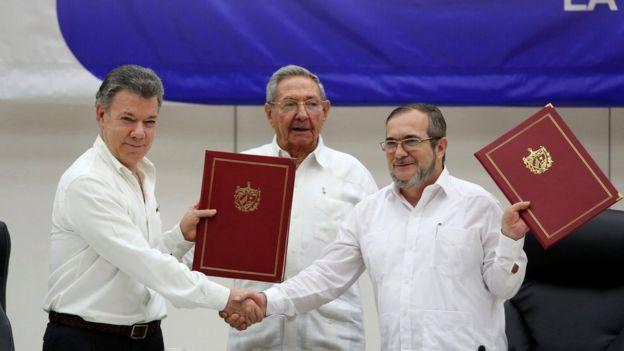 Juan Manuel Santos, Raúl Castro y Rodrigo Londoño.
