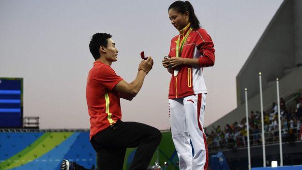 Qin Kai (esq.) fez o pedido durante a cerimônia de entrega das medalhas
