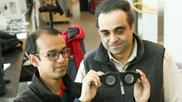 Carlos Mastrangelo (dcha.) con el estudiante de doctorado Nazmul Hasan sosteniendo las